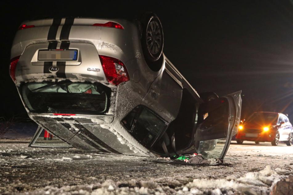 Spiegelglatte Straße: Kia überschlägt sich und landet auf dem Dach