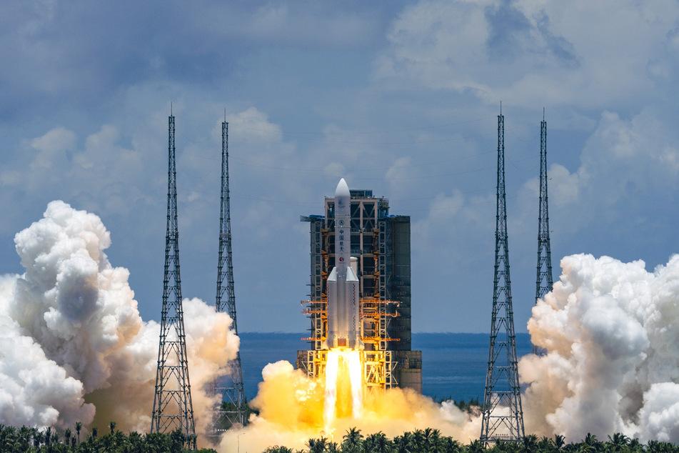 China eine Rakete mit einem Raumschiff zu seiner ersten Landung auf dem Mars gestartet.