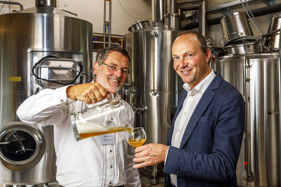 Minister Wolfram Günther (47, Grüne, r.) lässt sich von Brauer Oettel ein schmackhaftes heimische Biobier einschenken.
