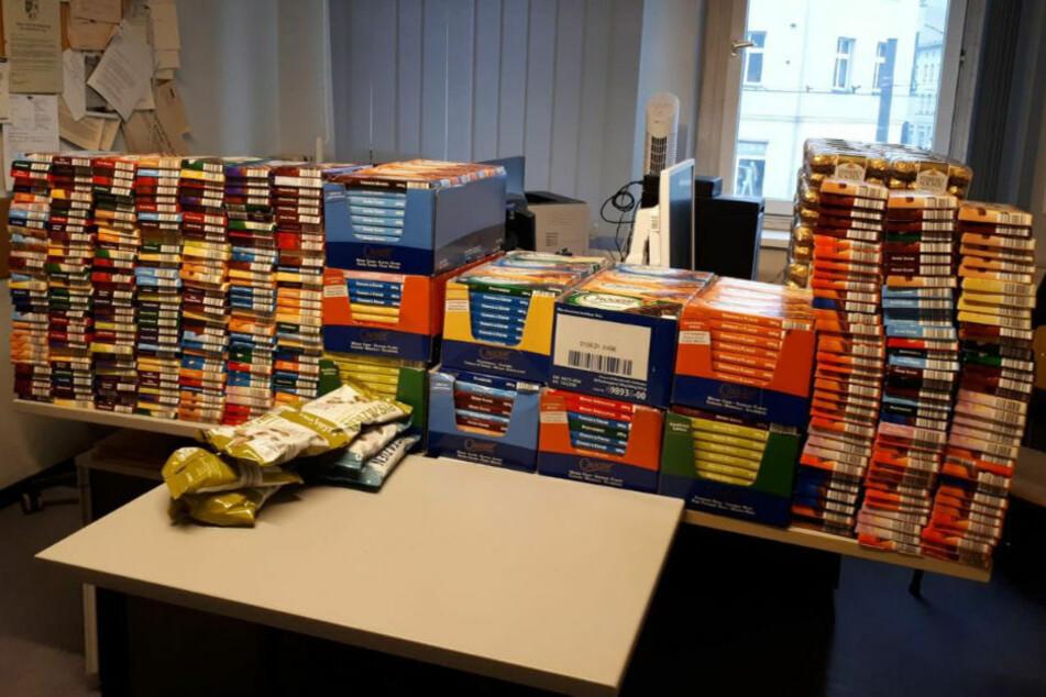 Bei einer Wohnungsdurchsuchung in Berlin-Lichtenberg haben Polizeibeamte gestohlene Schokolade im Wert von fast 2000 Euro sichergestellt.