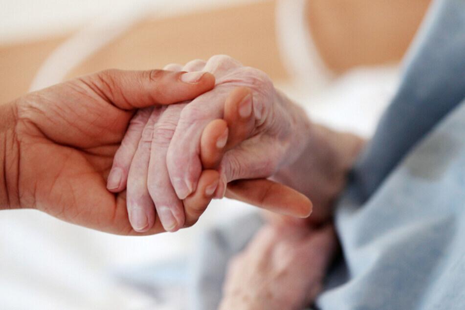 Für die aufopferungsvolle Pflege erhielt eine 54-Jährige einen sehr niedrigen Stundenlohn. (Symbolbild)