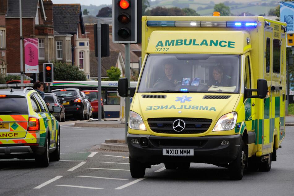 20 Monate altes Mädchen stürzt aus Auto und wird angefahren