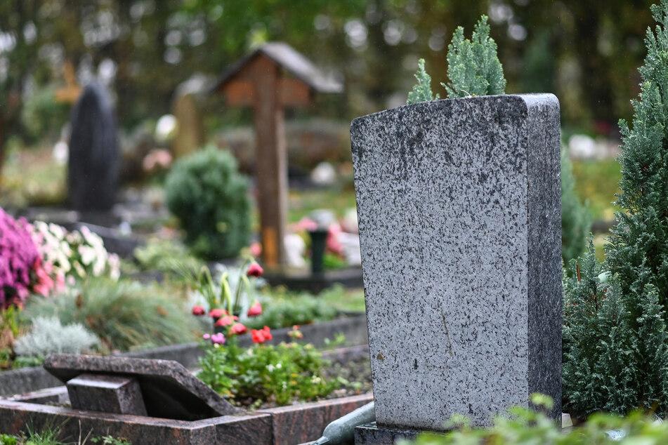 Autofahrer brettert über Friedhof, Polizei sucht Zeugen