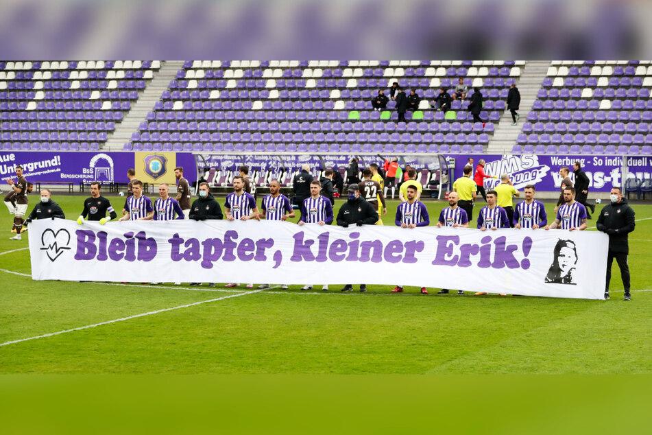 Mit dem Banner machte die Mannschaft auf eine Spendenaktion zugunsten des an Leukämie erkrankten dreijährigen Erik aufmerksam.