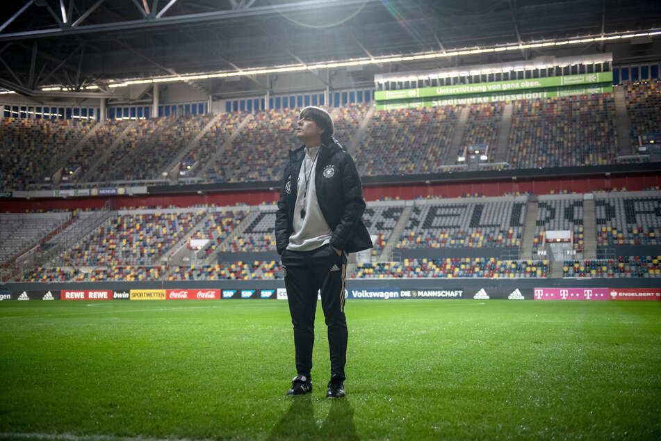 Joachim Löw, Bundestrainer, steht auf dem Rasen. Bundestrainer Joachim Löw hat die hohe Qualität und das Niveau der gegenwärtigen Geisterspiele in der Fußball-Bundesliga ausdrücklich gelobt.
