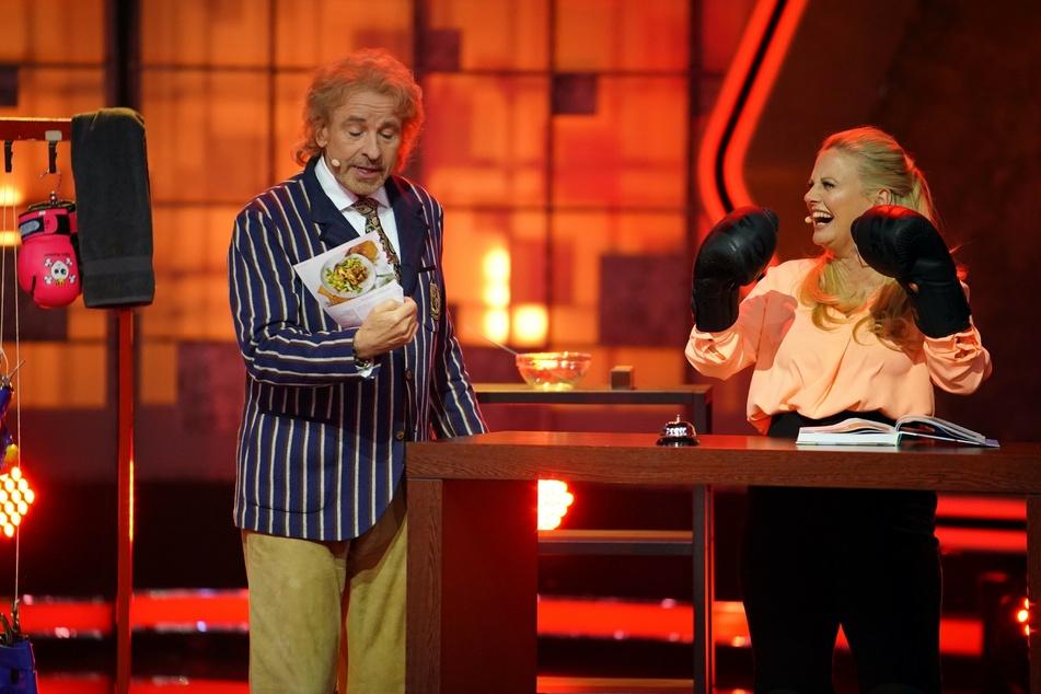 """In der zweiten Folge von """"Denn sie wissen nicht, was passiert!"""" gab Thomas Gottschalk (70) den Moderator, Barbara Schöneberger (47) trat als Kandidatin an."""