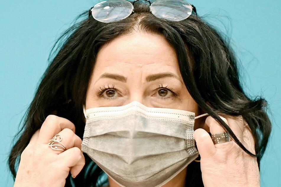 Gesundheitssenatorin Dilek Kalayci (SPD) warnt Maskenverweigerer vor hohen Bußgeldern!