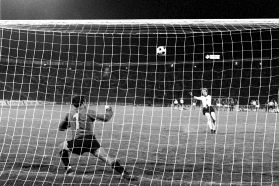 Ein Elfmeter für die Ewigkeit: Uli Hoeneß schießt den Ball vom Punkt im Europameisterschaftsfinale in Belgrad über die Latte. Im Kasten steht Tschechoslowakei Torhüter Ivo Viktor. Die DFB-Elf verlor am Ende mit 3:5 gegen die CSSR.