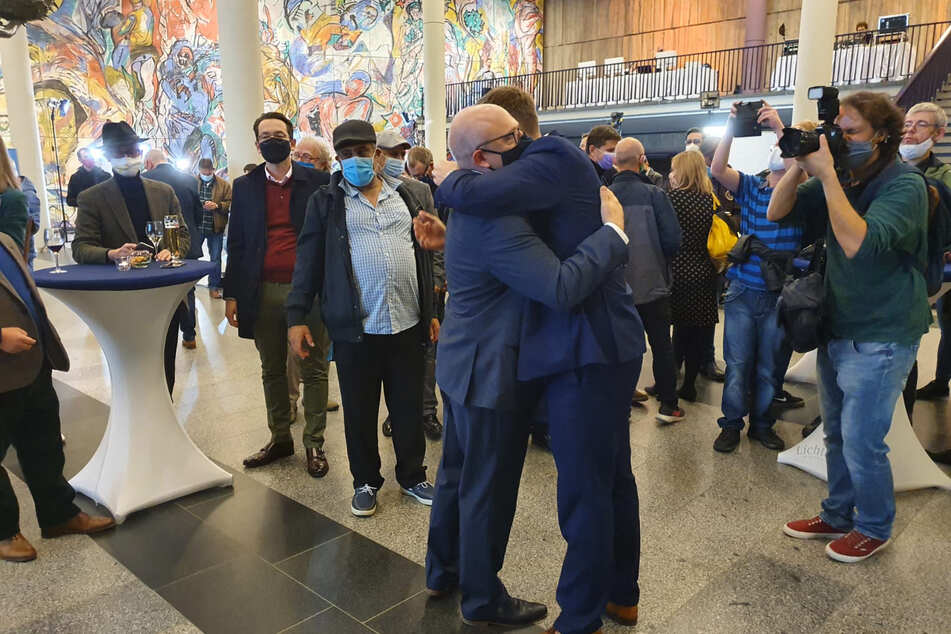 Sachsens Wirtschaftsminister Martin Dulig (46, SPD) umarmt Sven Schulze.