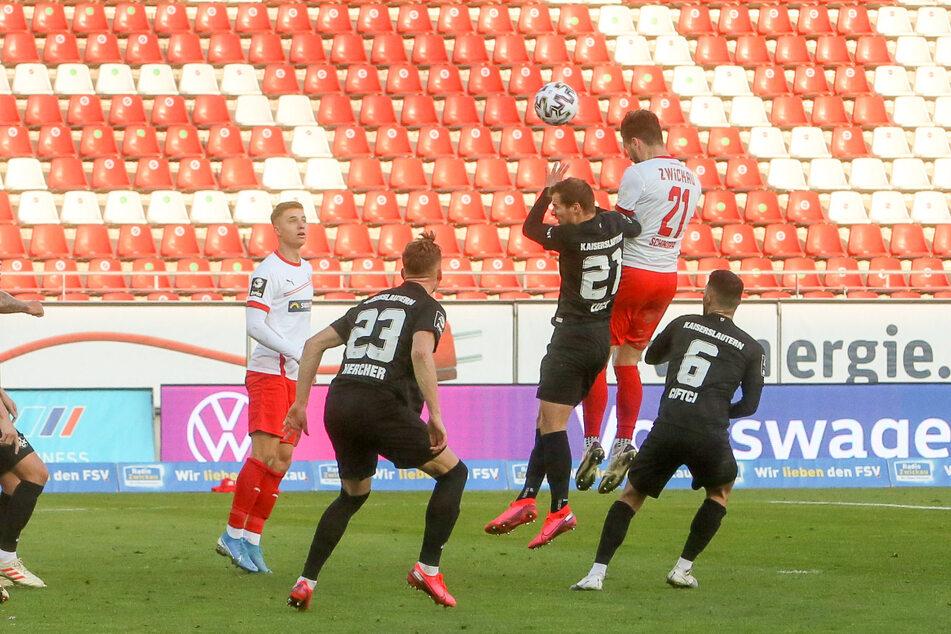 Im Hin- und Heimspiel gegen Kaiserslautern köpfte Marco Schikora (26, 2.v.r.) zum zwischenzeitlichen 1:1 ein - eins seiner vier Saisontore.