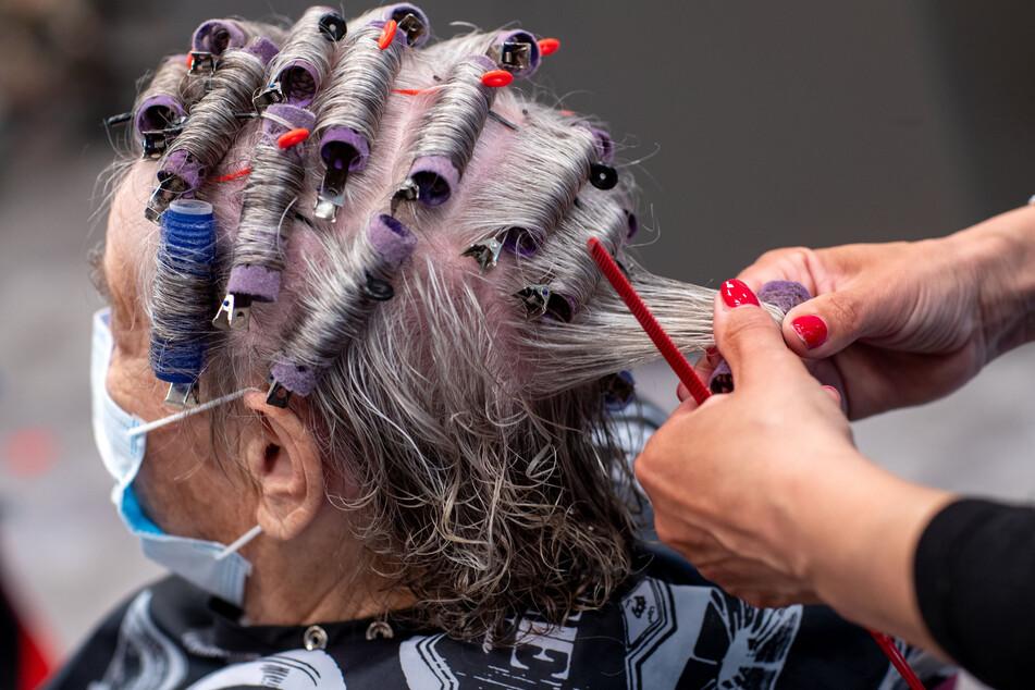 Über 9000 Friseure könnten nun um ihre Jobs bangen (Symbolbild).