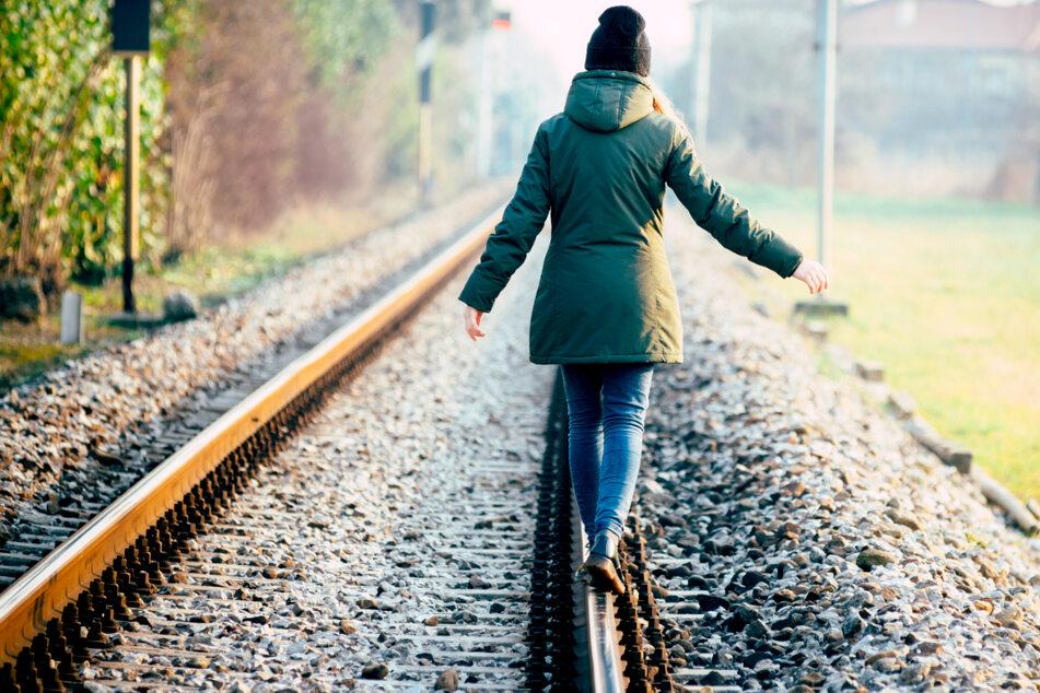 Polizei muss zwölf Kinder von Bahngleisen holen und warnt vor Gefahr!