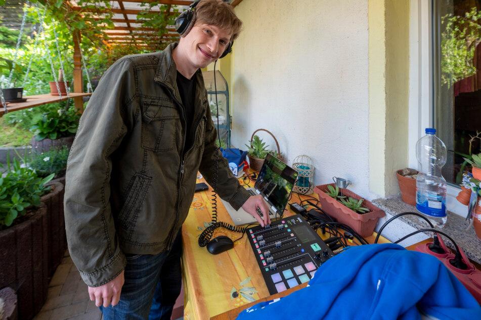 Auch R.SA-Techniker Carsten Richter hat sein Mischpult im Grünen aufgestellt.