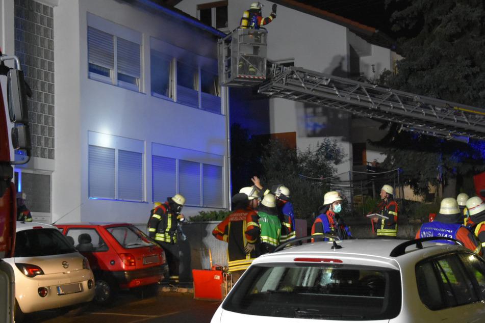 Feuer in Mehrfamilienhaus: Zwei Polizisten und eine Mutter wurden verletzt