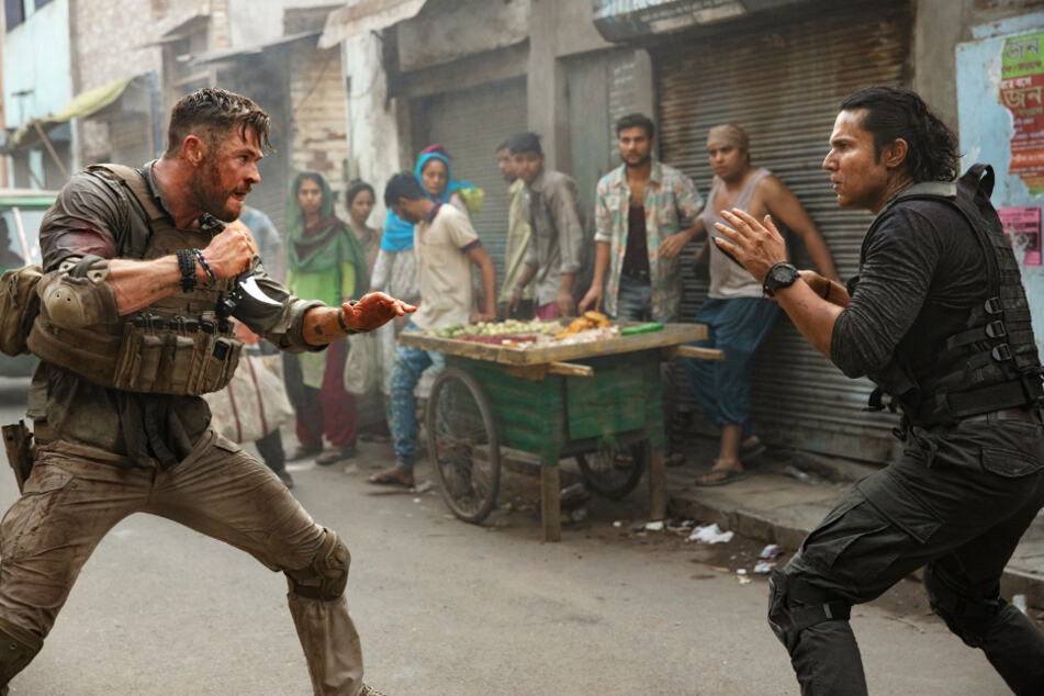 Kampf auf Augenhöhe: Tyler Rake (l., Chris Hemsworth) misst sich mit dem bestens ausgebildeten Saju (Bollywood-Star Randeep Hooda).