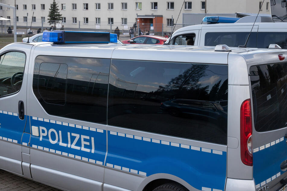 Ex-Soldat rast mit Auto auf Gelände von Asylunterkunft und bedroht drei Frauen mit Messer