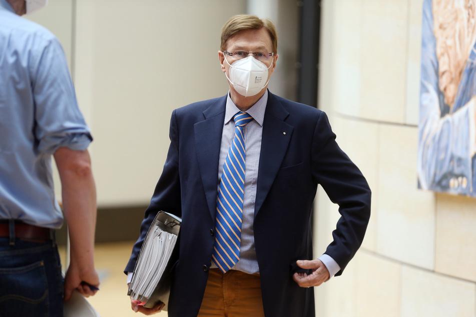 Bepackt mit einem dicken Aktenordner kam Peter Biesenbach (73) am Montag zu seiner Zeugenaussage.