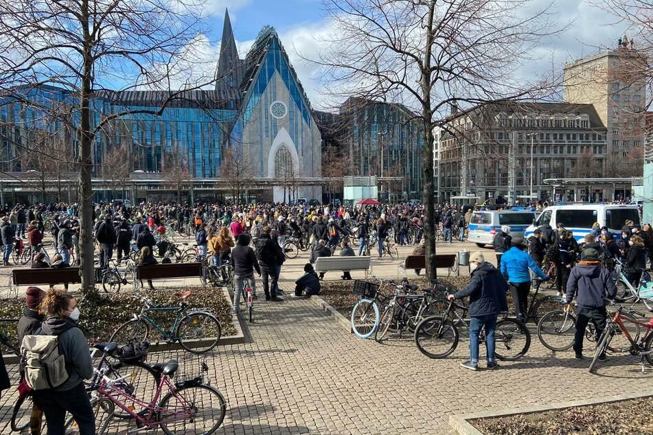 Auf dem Augustusplatz sammeln sich die Gegendemonstranten zur Kundgebung.