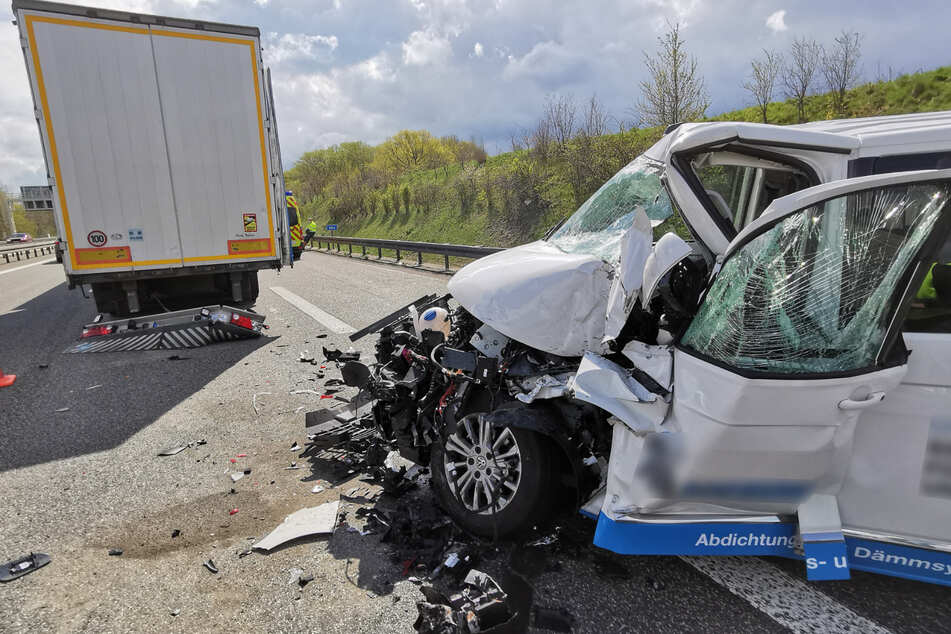 Unfall A14: Heftiger Unfall auf A14: Transporter kracht auf Lkw