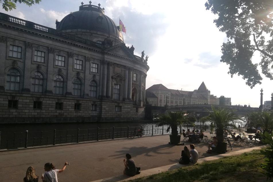 Sommerflair an der Spree. Inzwischen wurde auch die Tanzfläche (zwischen Monbijoutheater und Bodemuseum) wieder aufgebaut (rechts im Bild).