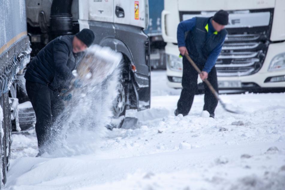 Nach Schneesturm: Fahrer müssen ihre LKWs freischaufeln