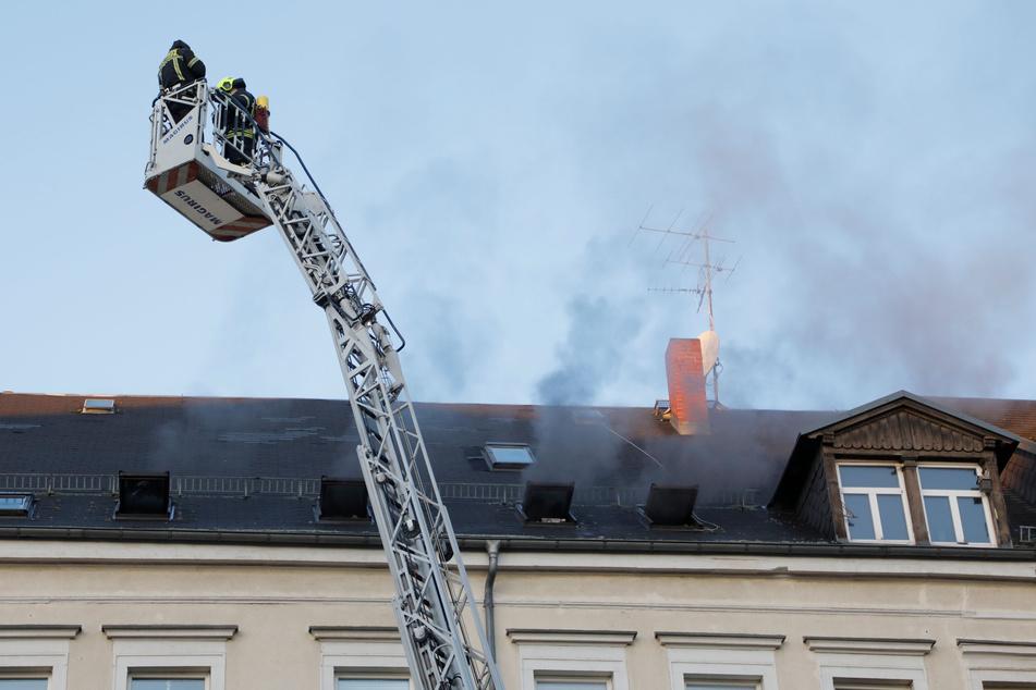 Rauch stieg aus den Fenstern der Dachgeschosswohnung.