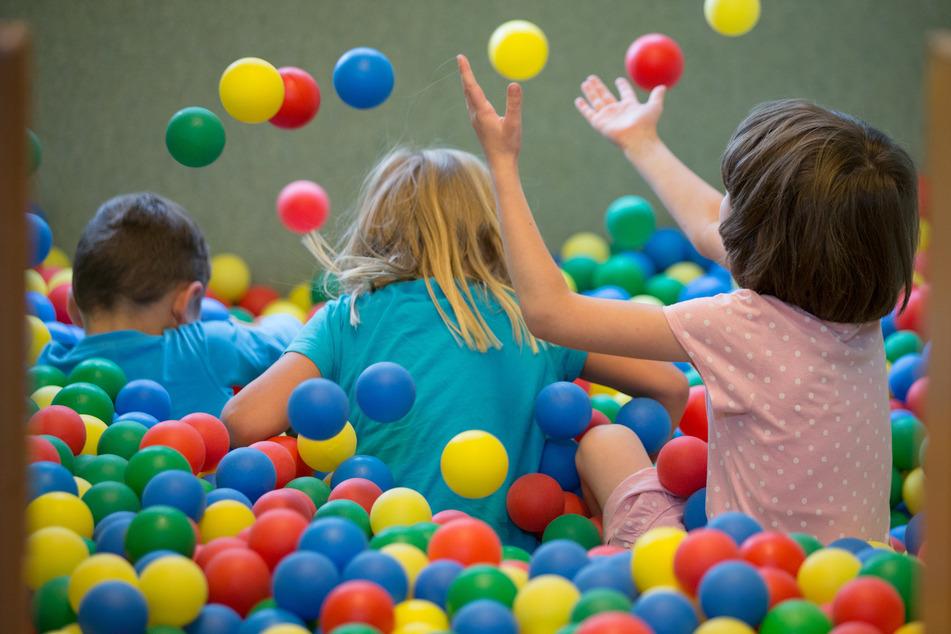 Kinder spielen in einem Bällebad in einer Kindertagesstätte (Symbolbild).
