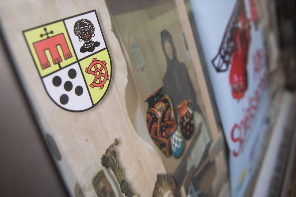 Das historische Wappen des Bezirks Möhringen zeigt unter anderem eine schwarze Frau mit krausem Haar, großen Kreolen-Ohrringen und dicken, roten Lippen.