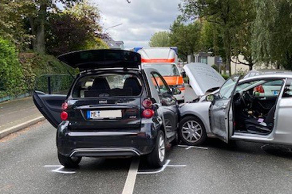 Ford-Fahrerin übersieht Smart und baut heftigen Unfall