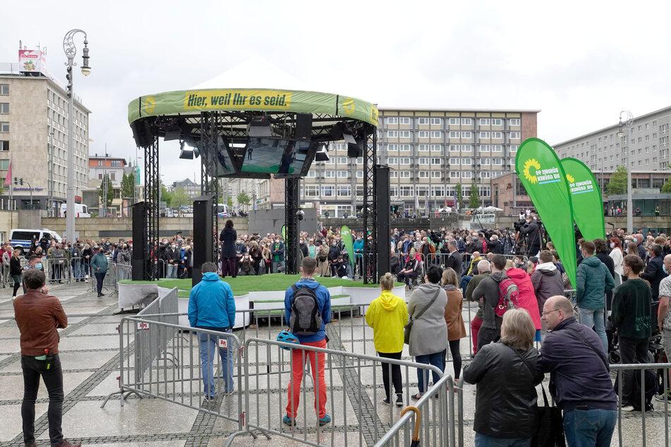 Etliche Chemnitzer versammelten sich auf dem Theaterplatz. Auch Pfiffe und Zwischenrufe waren zu hören.