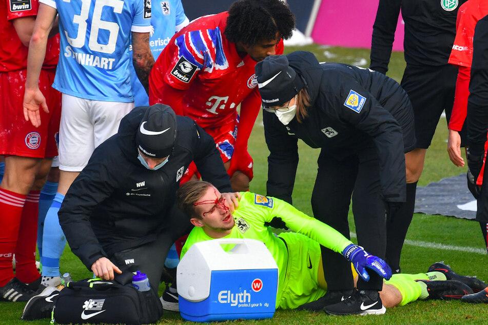 1860-Torwart Marco Hiller musste verletzt auf dem Rasen behandelt werden. Bayerns Joshua Zirkzee (hinten Mitte) flog aufgrunddessen vom Platz.