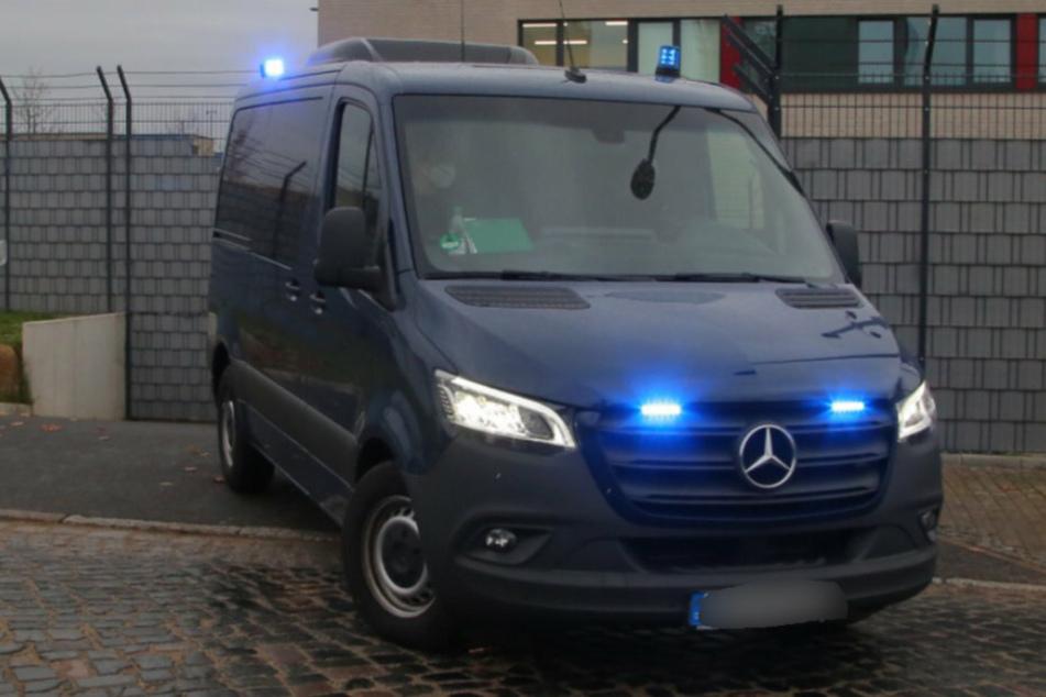Ein Angeklagter wird in die Justizvollzugsanstalt Dresden gebracht.