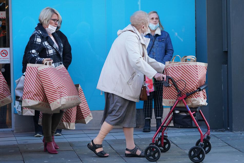 Passanten gehen in der Northumberland Street in Newcastle vor erneut strikten Maßnahmen zur Eindämmung der Corona-Pandemie. Ab dem 5. November bleiben in England nur noch Schulen, Universitäten und notwendige Geschäfte geöffnet.