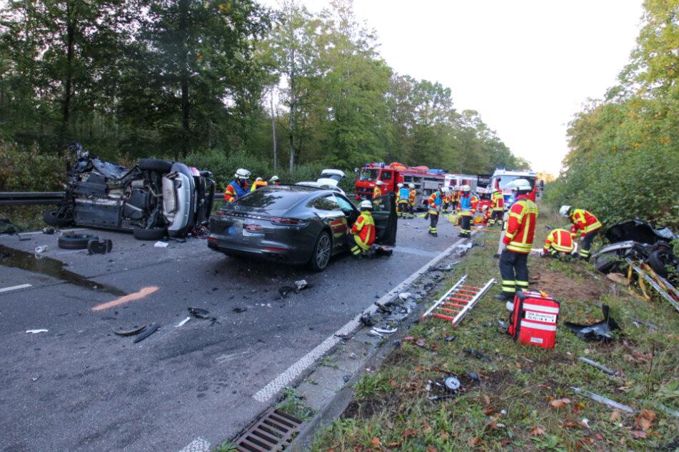 Trümmerfeld auf der Straße: Fünf Autos verwickelt, Fahrerin lebensgefährlich verletzt