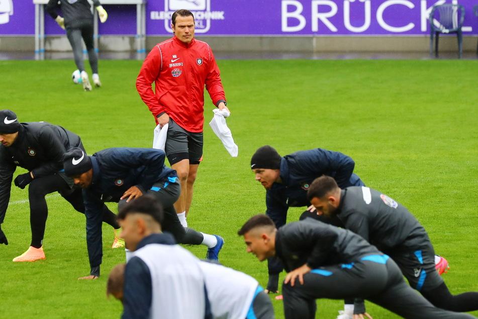 Marc Hensel (35) beim Training im Erzgebirgsstadion. Er bereitet das Team auf das Spiel am Sonntag bei Fortuna Düsseldorf vor.