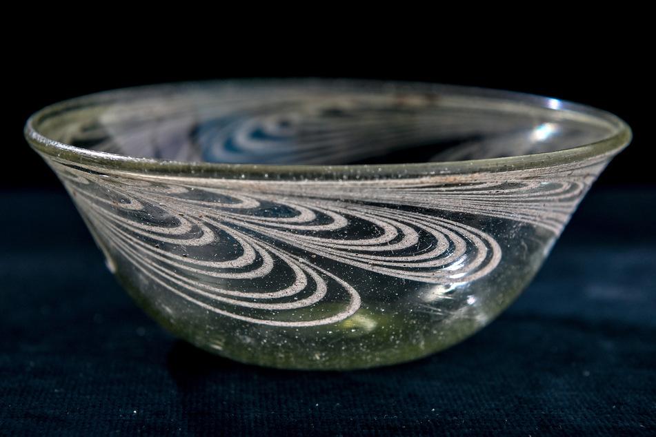 Unter anderem fand sich eine gut erhaltene Schüssel aus Glas in den Gräbern.