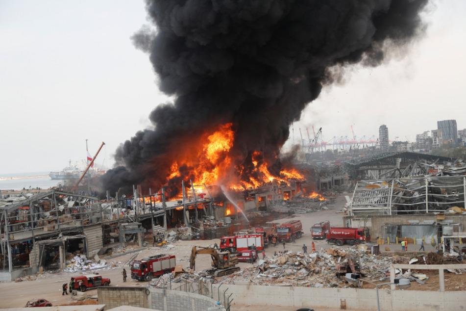 Rettungskräfte löschen ein neues Feuer, das im Hafen von Beirut brennt.