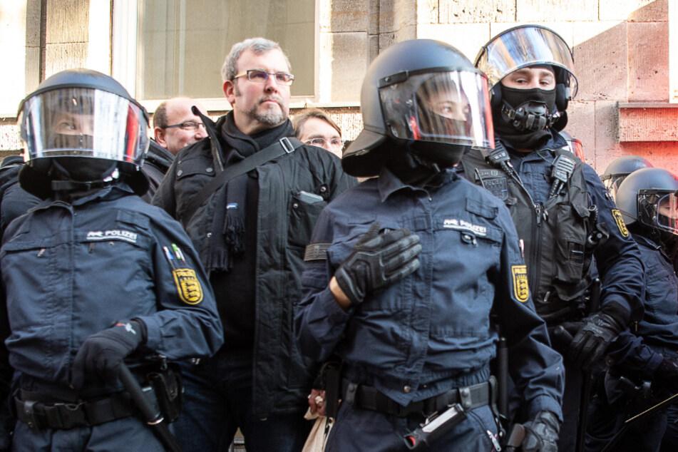 """""""Zentrum Automobil""""-Chef Oliver Hilburger im vergangenen Dezember inmitten von Polizeibeamten in Stuttgart."""