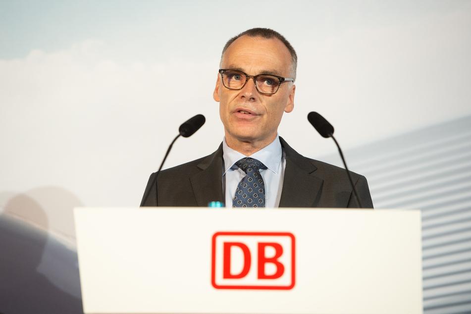 Berthold Huber (57), Vorstand Personenverkehr der Deutschen Bahn (DB), spricht während einer Pressekonferenz zum neuen ICE-Werk Nürnberg im DB-Museum.
