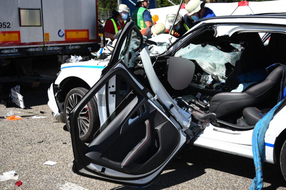 Der Audi wurde bei dem Crash komplett demoliert.
