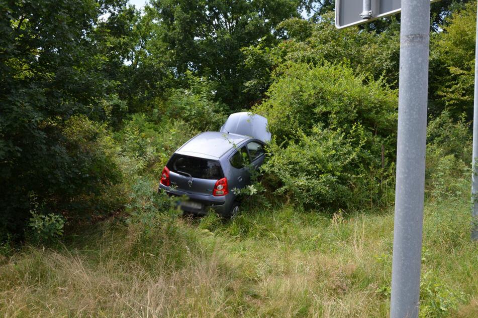Ein Abschleppwagen musste das Auto aus der misslichen Lage befreien.