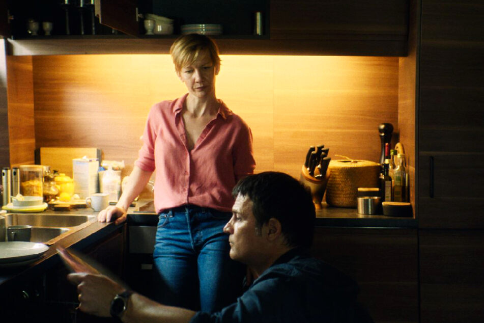 Xhafer (Misel Maticevic) ist mit Nora (Sandra Hüller) verheiratet. Zwischen ihnen knirscht es mit der Zeit gewaltig, weil er überhaupt nicht sieht, was seine Frau alles leisten muss.