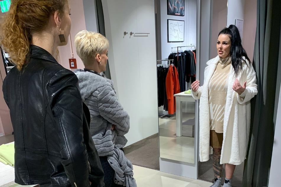 Kandidatin Susann (30, r.) mit Shopping-Begleitung Mandy (45) und der Verkäuferin.
