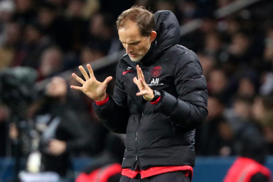 Thomas Tuchel (46), Cheftrainer des französischen Fußball-Erstligisten Paris Saint-Germain, reagiert an der Seitenlinie.