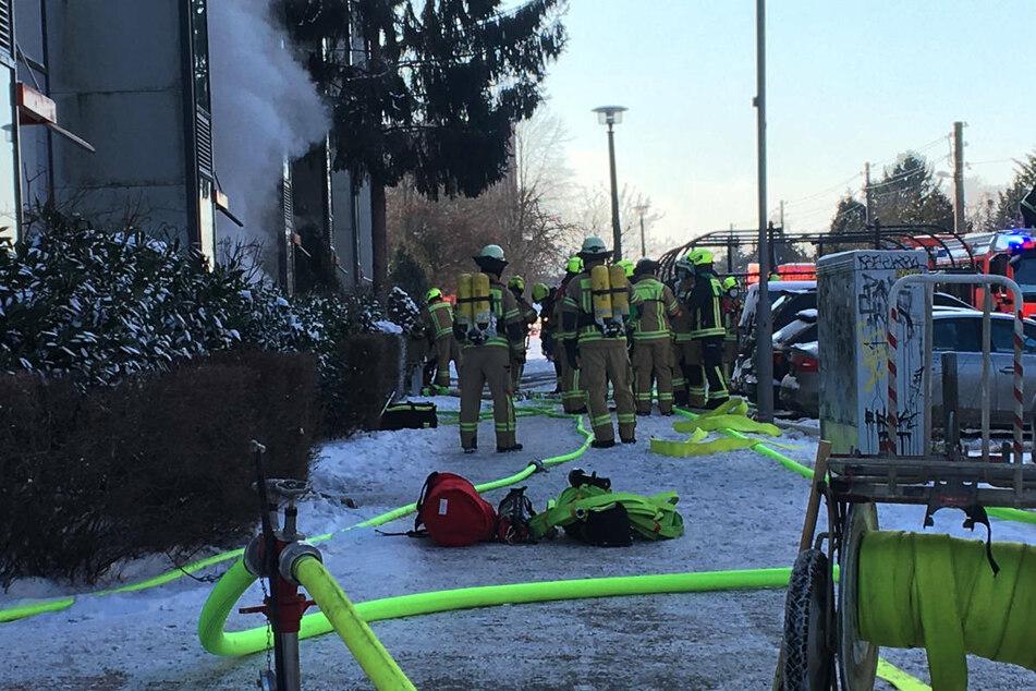Die Feuerwehrleute bereiten sich auf ihren Einsatz vor.