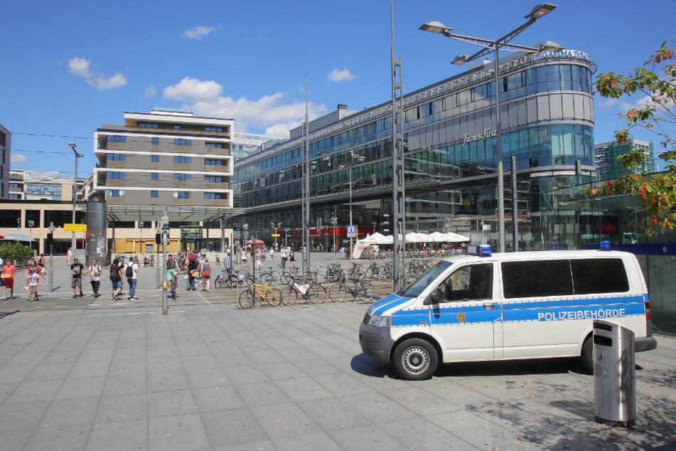Überfall auf dem Wiener Platz: Trio raubt 21-Jährigen aus und schlägt auf ihn ein