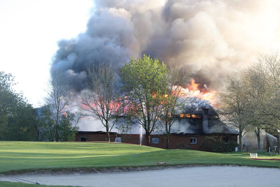 Feuer auf Golfplatz ausgebrochen: Geschäftshaus brennt lichterloh