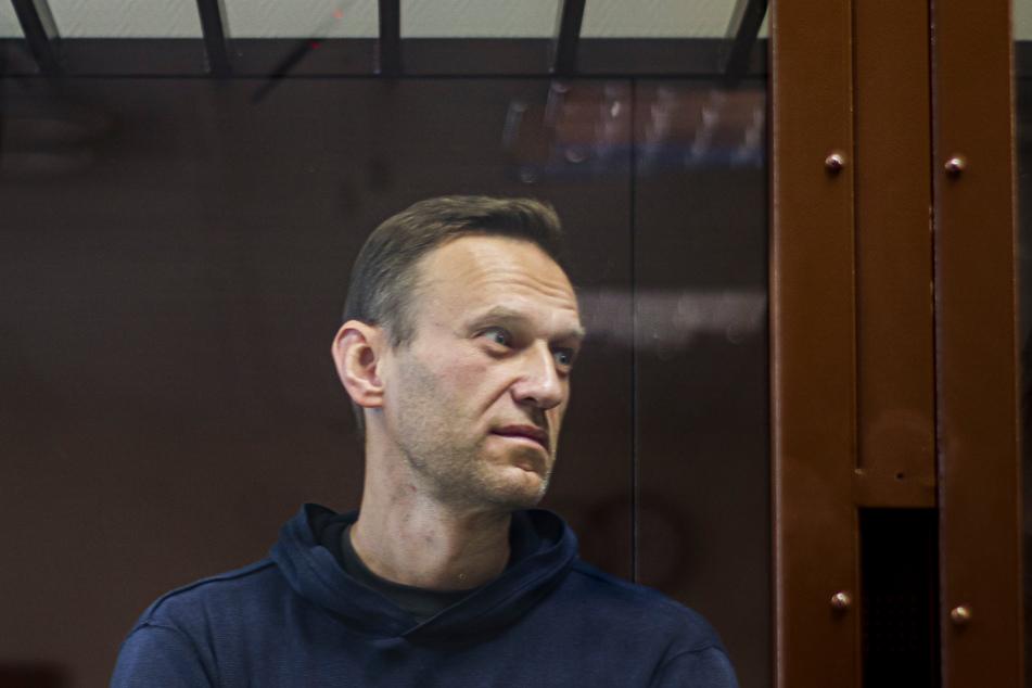 Dieses vom Bezirksgericht Babuskinsky zur Verfügung gestellte Bild zeigt den russischen Oppositionsführer Alexej Nawalny während einer Anhörung im Bezirksgericht Babuskinsky in einem Glaskasten, bevor er ins Straflager kam.