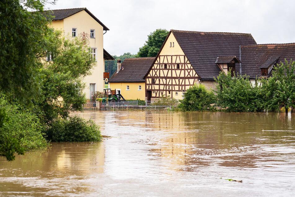 Die über die Ufer getretene Aisch hat Teile von Wilmersdorf (Bayern) überschwemmt.
