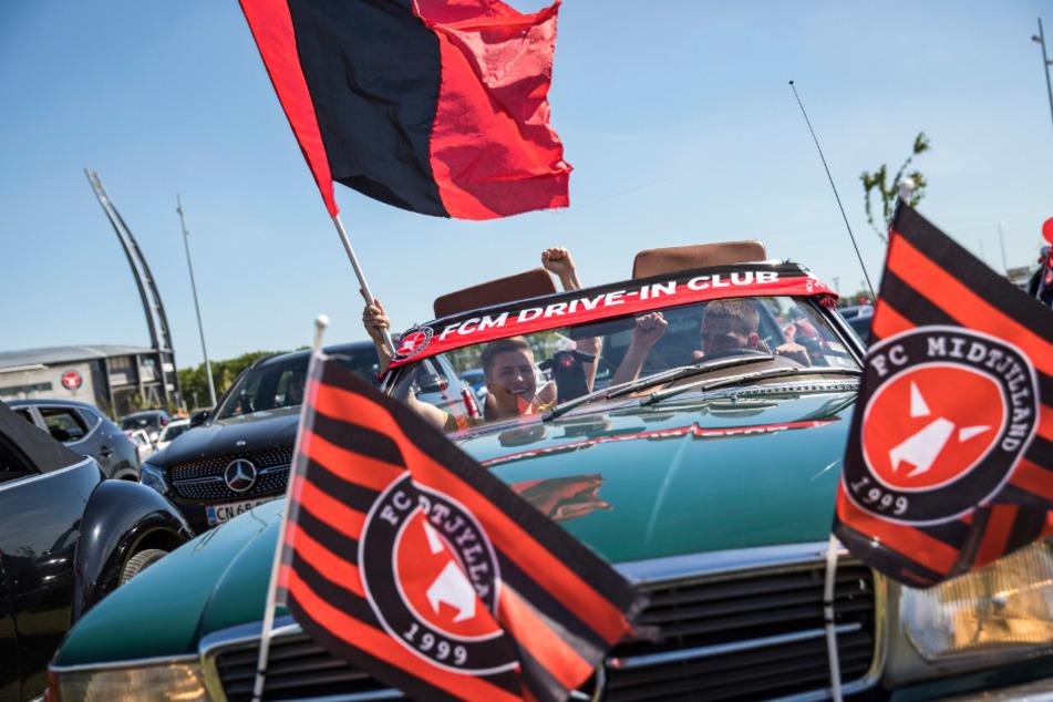 Hunderte Fußball-Fans verfolgen Re-Start nach Corona-Pause im Autokino